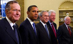 クリントン氏(右から2番目)とブッシュ氏(中央)