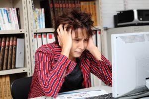 レポートに悩む大学生